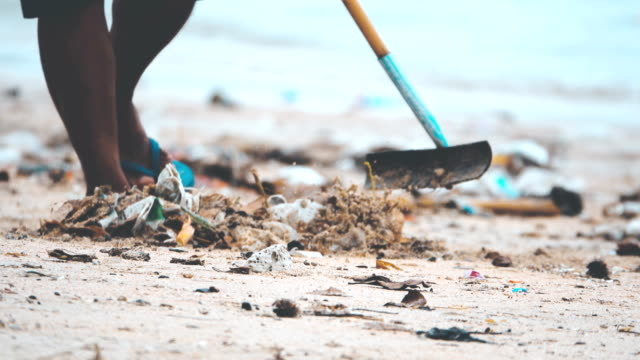 vídeos y material grabado en eventos de stock de 4k: residuos de contaminación en la playa, trabajador de limpieza de la playa - pollution