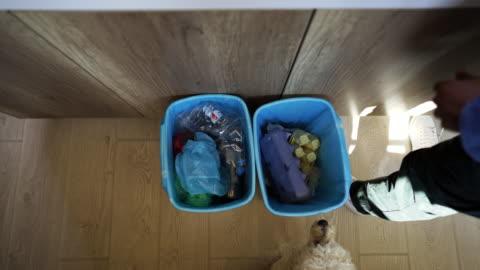 stockvideo's en b-roll-footage met afvalscheiding van boven - recycling