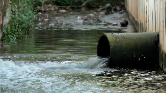 verschmutzung des abwassers - wasserverschmutzung stock-videos und b-roll-filmmaterial