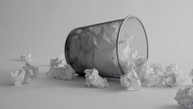 vidéos et rushes de panier à papier avec déchets de papier. fond blanc. - objet en papier