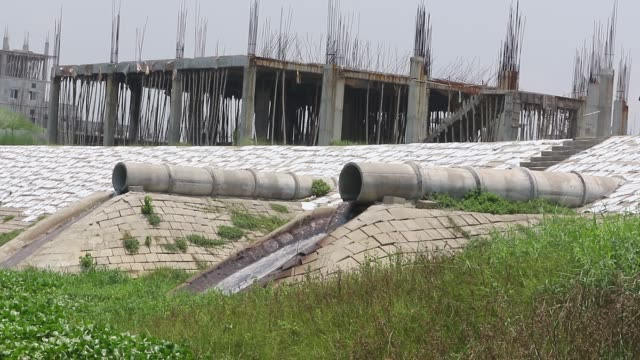 wastewater from savar tannery industrial estate being dumped into the dhaleshwari river through a pipe as the tk 1000crore central effluent treatment... - dhaka stock-videos und b-roll-filmmaterial