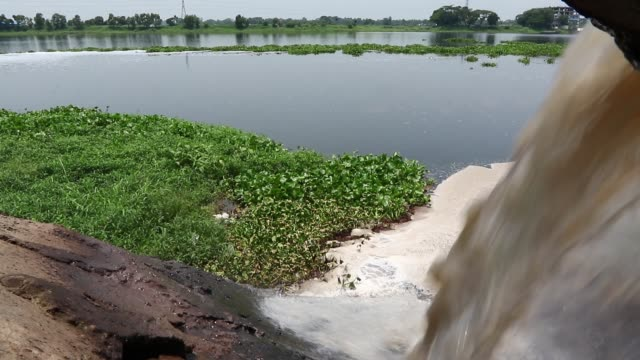 vídeos y material grabado en eventos de stock de wastewater from savar tannery industrial estate being dumped into the dhaleshwari river through a pipe as the tk 1000crore central effluent treatment... - aguas residuales