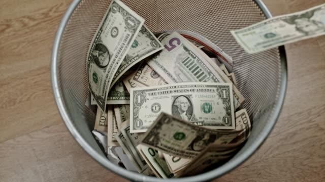 vídeos y material grabado en eventos de stock de slo mo perdiendo dinero - billete de cinco dólares estadounidense