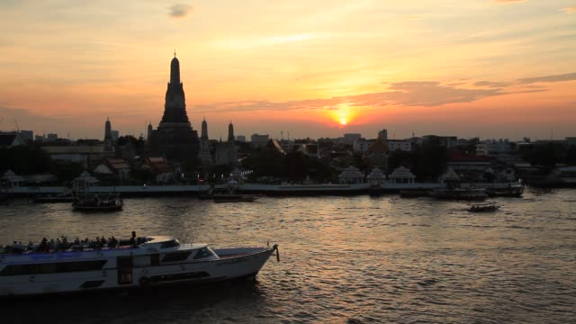 vídeos de stock, filmes e b-roll de wat arun at beautiful sunset, bangkok, thailand. - rio chao phraya