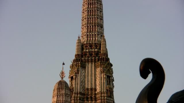 wat arun temple in bangkok - berner alpen stock-videos und b-roll-filmmaterial