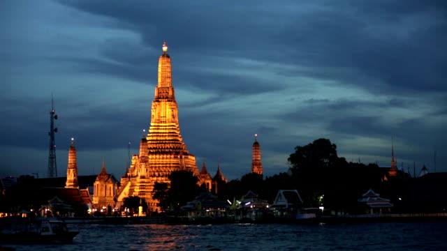 ワットアルン寺院夕暮れ時には、照明付き、バンコク、タイ - チャオプラヤ川点の映像素材/bロール
