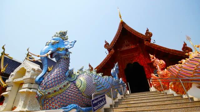 vídeos de stock, filmes e b-roll de proibição de wat den ou templo de wat den sa li sri mueang kaen na tailândia chiang mai - povo tailandês