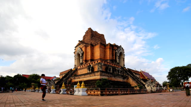 wat chedi luang tempel in chiang mai thailand - pagode stock-videos und b-roll-filmmaterial