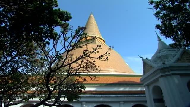 wat phra pathom chedi. low-angle view of phra pathom chedi. - pagoda stock videos & royalty-free footage