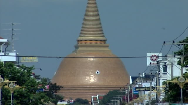 wat phra pathom chedi. view of the 120 meter stupa from the city of nakhon pathom. - pagoda stock videos & royalty-free footage