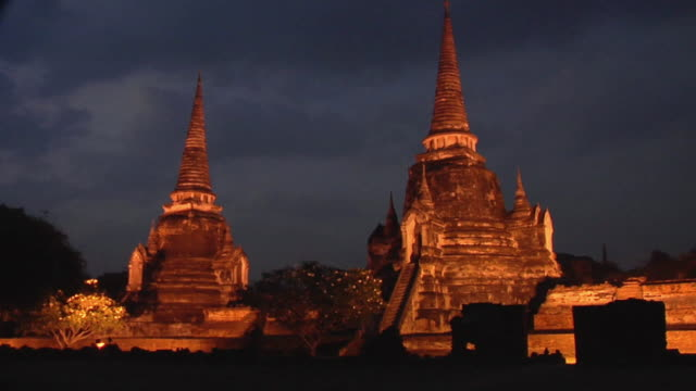 ws wat phra si sanphet, temple chedi at night / ayutthaya, thailand - アユタヤ県点の映像素材/bロール