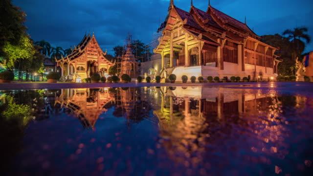 wat phra singh-tempel tag zur nacht zeitraffer, chiang mai, thailand - provinz chiang mai stock-videos und b-roll-filmmaterial