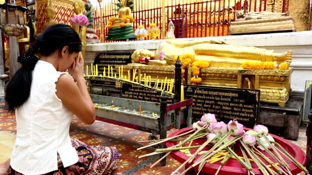 stockvideo's en b-roll-footage met wat phra that doi suthep chiang mai thailand - chanten