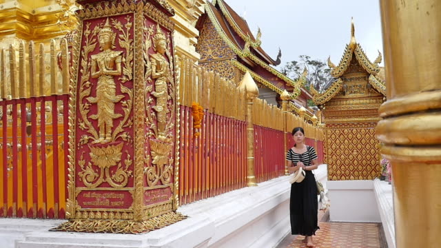 wat phra that doi suthep is the most important temple in chiang mai. - 尖り屋根点の映像素材/bロール