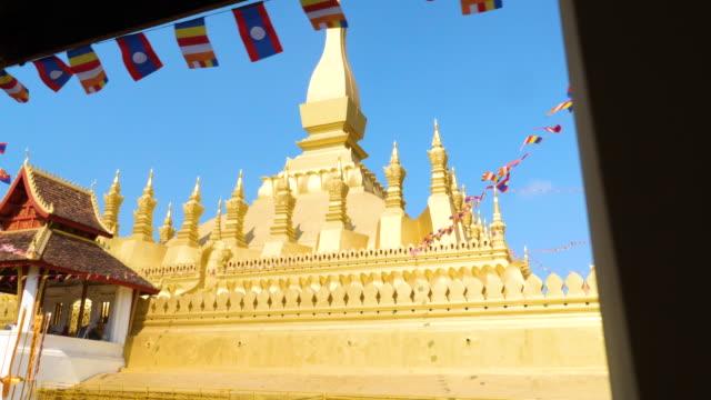 vídeos de stock, filmes e b-roll de templo de marco wat phra that luang, vientiane, laos. - religião