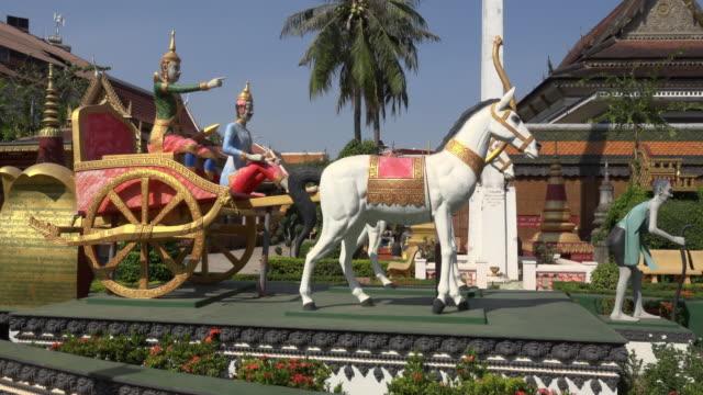 vidéos et rushes de pan / wat preah prom rath temple in siem reap town - voiture hippomobile