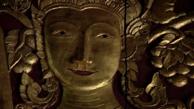 wat suan dok temple cu of a carved door depicting a relief of the face of prince siddhartha gautama in an elaborate headdress door opens to black - headdress stock videos & royalty-free footage