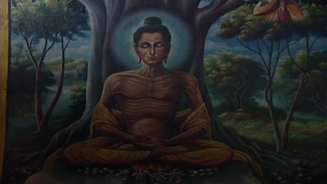 wat suan dok temple. view of a painting depicting prince siddhartha seated in the dhyana mudra pose during 6 years of continuous austerity practice. - 円光点の映像素材/bロール