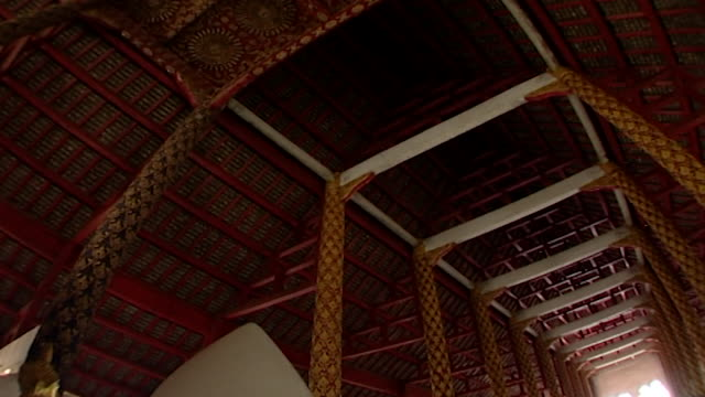 wat suan dok temple. view of the vaulted ceiling of kan prian hall with its wooden beams and ornate columns built in 1932 by phra krubra srivichai. - panoramic stock videos & royalty-free footage