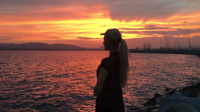 Regardez et détendez-vous au bord de la Méditerranée coucher de soleil!