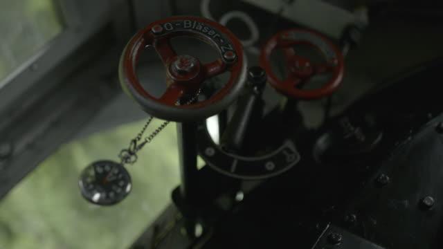 sehen sie sich hängen vom alten dampf geräte trainieren - locomotive stock-videos und b-roll-filmmaterial