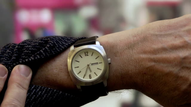 stockvideo's en b-roll-footage met horloge station - klok