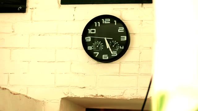 stockvideo's en b-roll-footage met horloge met een stopwatch op een witte muur - klokkentoren met wijzerplaat