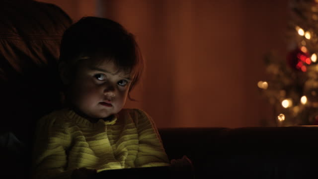 vídeos de stock, filmes e b-roll de assistindo a um filme sobre o tablet - equipamento doméstico