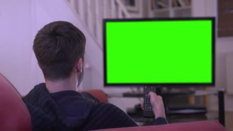 """vídeos de stock, filmes e b-roll de ver """" croma chave tv e mudando de canal. - assistir tv"""