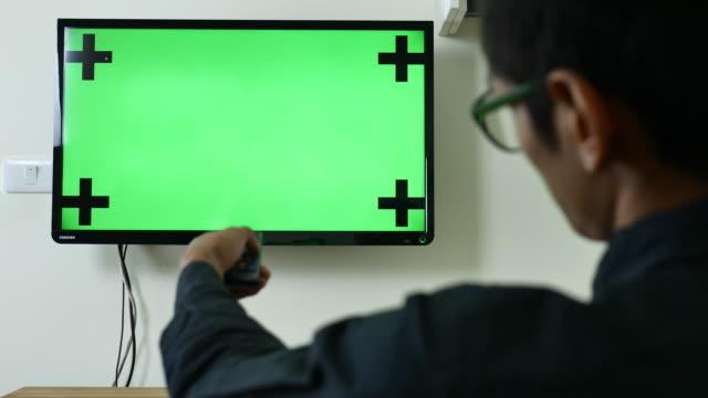 stockvideo's en b-roll-footage met kijken chroma key tv en kanaal wijzigen - zappen