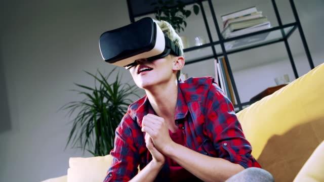 vídeos y material grabado en eventos de stock de ver partido de fútbol con casco de realidad virtual - realidad virtual