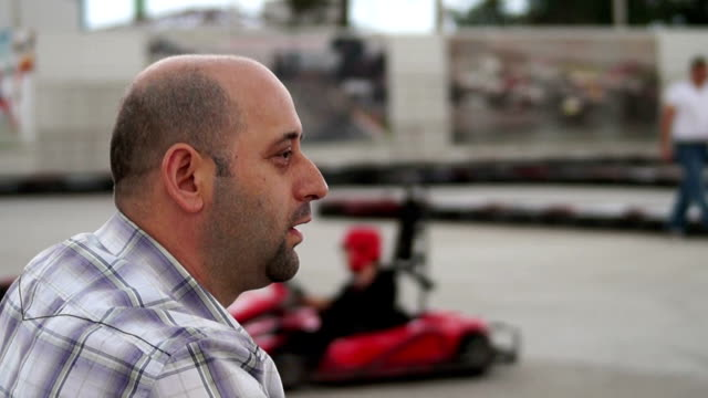 vídeos y material grabado en eventos de stock de hd: ve karting - cabeza afeitada