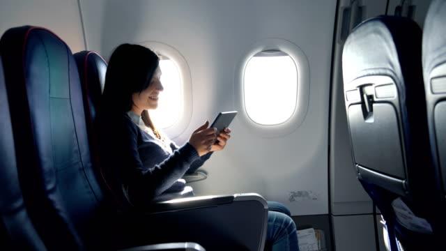飛行機で映画を観る - 席点の映像素材/bロール