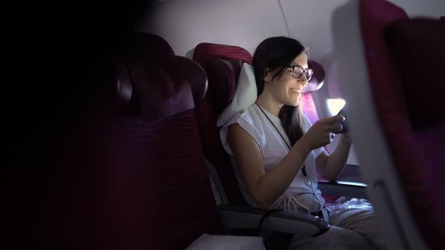 vídeos de stock e filmes b-roll de watching movie on an airplane - ecrã tátil