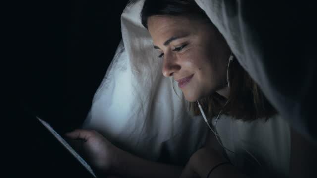 vidéos et rushes de regarder des films vers la fin de la nuit. - casque audio
