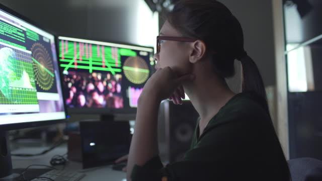 vidéos et rushes de je regarde les écrans de personnes - projection screen