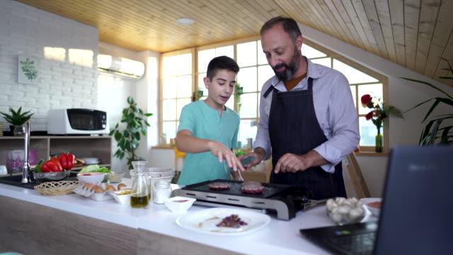 vídeos y material grabado en eventos de stock de ver la receta y hacer hamburguesas caseras - apron