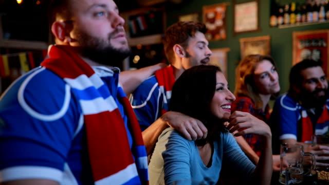 vídeos y material grabado en eventos de stock de ver el juego en un bar con amigos - barra futbol