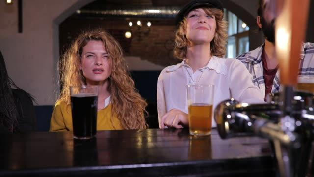 stockvideo's en b-roll-footage met kijken naar het spel in een pub - alcoholisme