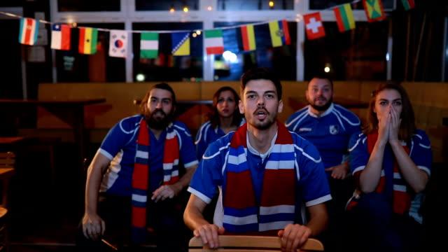 vídeos y material grabado en eventos de stock de mira el partido - barra futbol