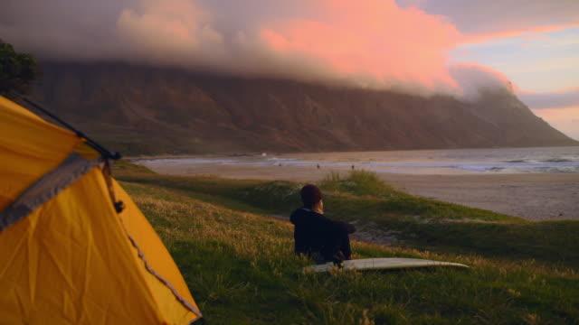die sonne über dem horizont tauchen sehen - surfbrett stock-videos und b-roll-filmmaterial