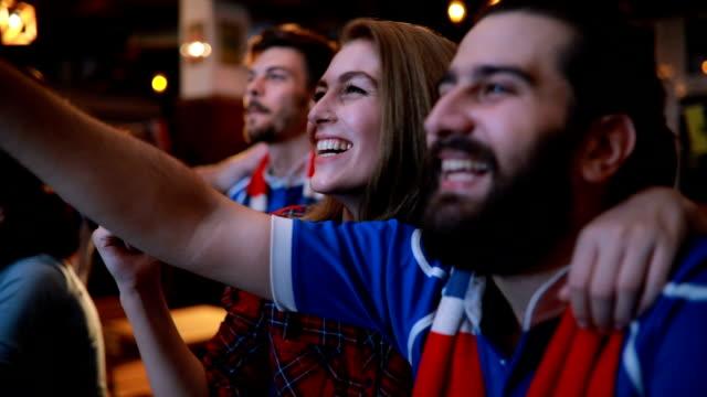vídeos y material grabado en eventos de stock de viendo su juego en equipo - barra futbol