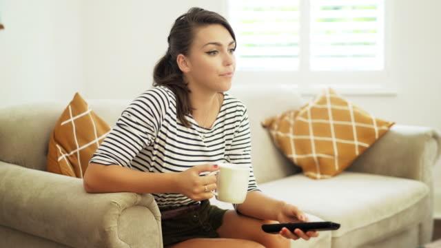 stockvideo's en b-roll-footage met tv kijken en kanaal wijzigen. - zappen