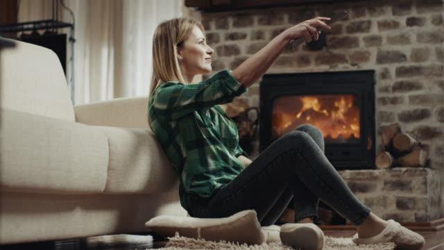 vídeos de stock e filmes b-roll de watching tv! - lareira