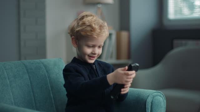 fernsehen! - fernbedienung stock-videos und b-roll-filmmaterial