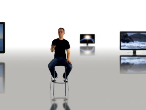 vídeos y material grabado en eventos de stock de mirar la televisión - mando a distancia