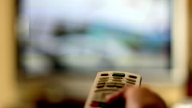vídeos de stock e filmes b-roll de ver televisão - stop
