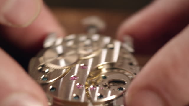 watchmaker montage uhr - zeitmessinstrument stock-videos und b-roll-filmmaterial