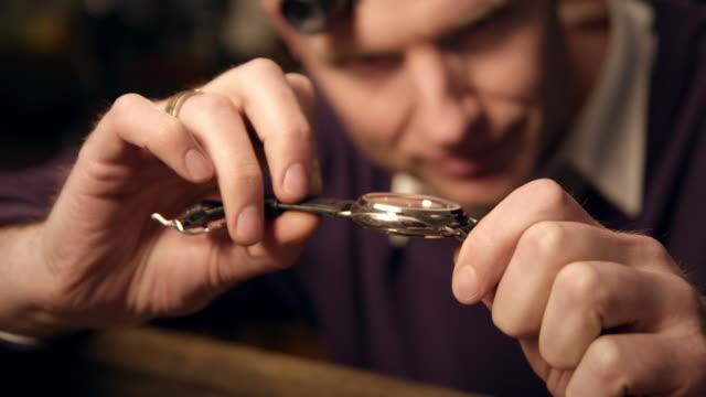 watchmaker montage uhr - genauigkeit stock-videos und b-roll-filmmaterial