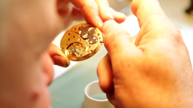 vídeos de stock, filmes e b-roll de relojoeiro montar watch - relógio de pulso